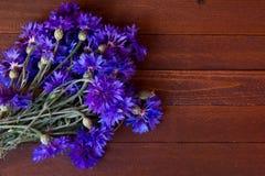 Bleuets sur la vieille table en bois Image libre de droits