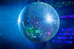 Bleuspiegel-Ballrollen im Nachtclub Lizenzfreie Stockfotos