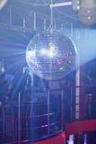 Bleuspiegel-Ballrollen im Nachtclub Stockbilder