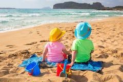 Bliźniacy bawić się w piasku na wakacjach Zdjęcie Stock