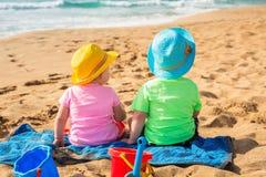 Bliźniacy bawić się w piasku na wakacjach Fotografia Royalty Free