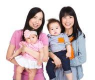 Bliźniacy matkują z dziecko synem i córką zdjęcia stock
