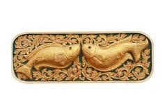 Bliźniacza złota ryba, tradycyjny tajlandzki stiuku wzór z cyzelowaniem w świątyni, Chiang Mai, Tajlandia odizolowywał na białym  obraz stock