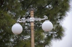 Bliźniacze białe kul ziemskich latarnie uliczne Obraz Stock