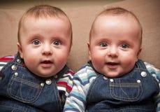 Bliźniacze chłopiec w kombinezonach Obraz Royalty Free