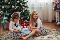 Bliźniacze małe dziewczynki z teraźniejszość Zdjęcie Royalty Free