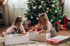 Bliźniacze małe dziewczynki z teraźniejszość Obraz Stock