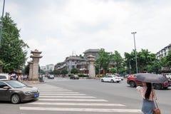 Bliźniaczy słupy w śródmieściu Chengdu napisali o romansie Trzy królestwa obrazy stock