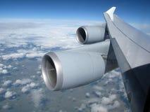 bliźniaczy turbinowi dżetowi silniki na samolotu skrzydle podczas gdy latający Obraz Royalty Free