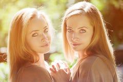 bliźniaki Grupa młode piękne dziewczyny Dwa kobiet twarzy zakończenie Zdjęcie Royalty Free