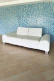 bliżej skrajnej skórzana sofa w bieli Obraz Stock