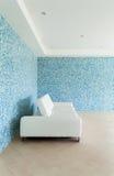 bliżej skrajnej skórzana sofa w bieli Obraz Royalty Free