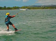 Bli Bli, Qld,澳大利亚- 2018年3月16日:乘坐wakeboard的年轻男性少年在缆绳苏醒公园 免版税库存图片