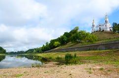 Bli grund av västra Dvina tack vare torr sommar, Vitebsk royaltyfria bilder