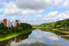 Bli grund av västra Dvina tack vare torr sommar, Vitebsk, Vitryssland royaltyfri fotografi