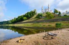 Bli grund av västra torr sommar för Dvina flodsäng tack vare, Vitebsk arkivbild