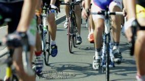 Bli grund fokusen som skjutas av lägre kroppar för cyklister, medan rida cyklar, i att cykla loppet stock video