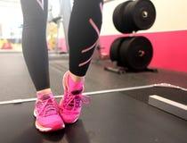 Bli i form på den rosa ljusa idrottshallen royaltyfria foton