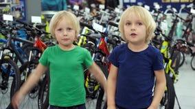 Bli?niacy dyskutuj? zakup nowy rower zdjęcie wideo