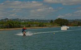 Bli Bli, Qld Australia, Marzec, - 16, 2018: Młody męski nastolatek jedzie wakeboard przy kablowym kilwateru parkiem Zdjęcie Stock