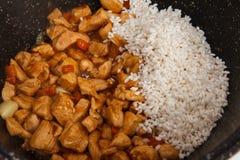 Bli rädd med grönsaker och ris i stekpannan Arkivfoton