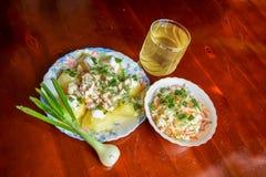 Bli rädd med potatisar, lökar och surkålen samman med grönt te Royaltyfria Foton