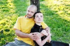 bli skallig den omfamnade hövdade mannen för flickan Royaltyfri Fotografi