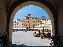 Blick auf dem ' Marktplatz dell' Anfiteatro' , berühmtes Quadrat in Lucca Stockfotos