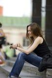 Blick der jungen Frau auf Borduhr Lizenzfreies Stockfoto