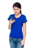 Blick der jungen Frau auf das Mobiltelefon Stockfoto