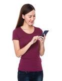 Blick der jungen Frau auf den Smartphone Stockfotos