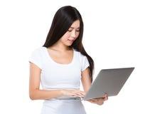 Blick der jungen Frau auf die Laptop-Computer Lizenzfreie Stockfotografie