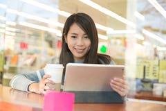 Blick der jungen Frau auf digitale Tablette Lizenzfreie Stockbilder