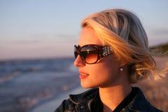 Blick der jungen Frau auf Sonnenuntergang Stockfotos