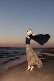 Blick der jungen Frau auf Sonnenuntergang Lizenzfreies Stockbild