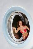 Blick der jungen Frau heraus von gemacht in der Form der Öffnung Stockfoto