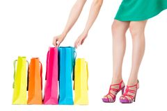 Blick der modernen Frau über Einkaufstaschen Stockbild