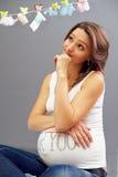 Blick der schwangeren Frau der Junge auf Wäscheleine Stockfoto