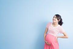 Blick der schwangeren Frau irgendwo Stockbild