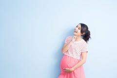 Blick der schwangeren Frau irgendwo Stockfotografie