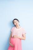 Blick der schwangeren Frau irgendwo Lizenzfreies Stockfoto
