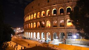 Blick des Colosseum nachts, in Rom stock video footage