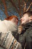 Blick des glücklichen Paars auf einander im Park unter Baum Lizenzfreie Stockfotos