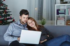 Blick des glücklichen Paars auf Laptop-PC für Weihnachten Stockfoto