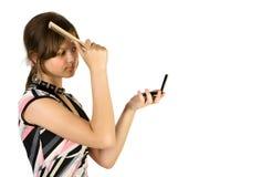 Blick des jungen Mädchens innen zum Spiegel Lizenzfreie Stockfotografie