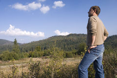 Blick des jungen Mannes auf die Berge Lizenzfreie Stockfotografie