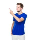 Blick des jungen Mannes auf Fingerpunkt zu beiseite Lizenzfreie Stockbilder