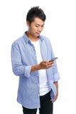 Blick des jungen Mannes auf Telefon Lizenzfreie Stockfotografie