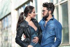 Blick des jungen Mannes und der Frau auf einander Stockbilder