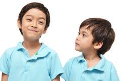 Blick des kleinen Bruders auf großen Bruder Lizenzfreies Stockfoto